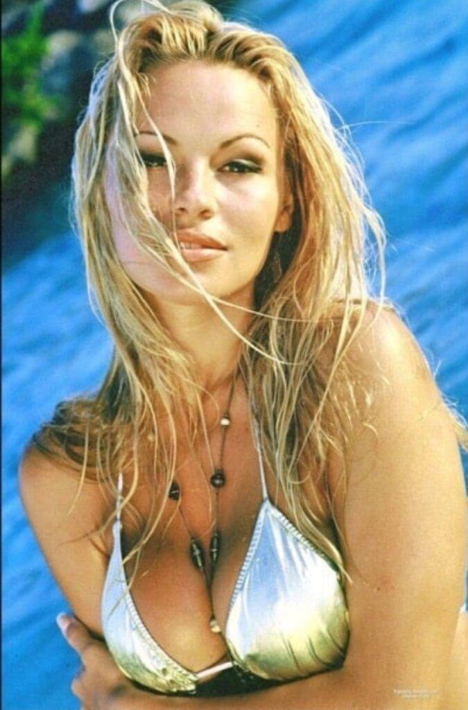 Памела Андерссон в молодости в купальнике